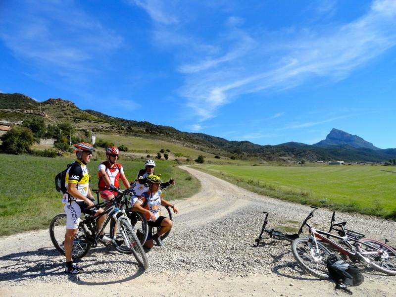 Foto de grupo en Atarés, con el Oroel al fondo