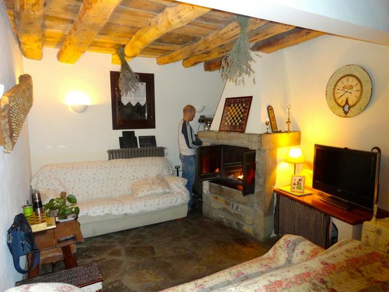 Raúl preparando la chimenea