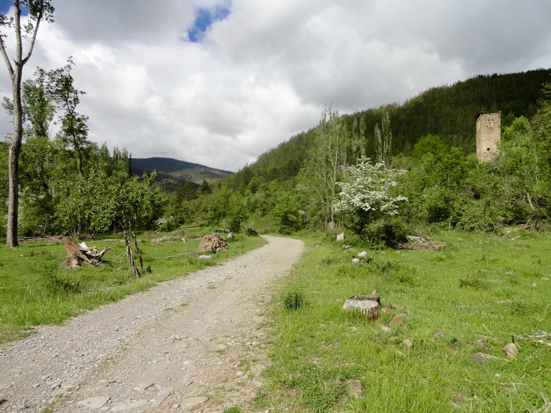 A la derecha se ve la torre de la igelsia de Acín de la Garipollera