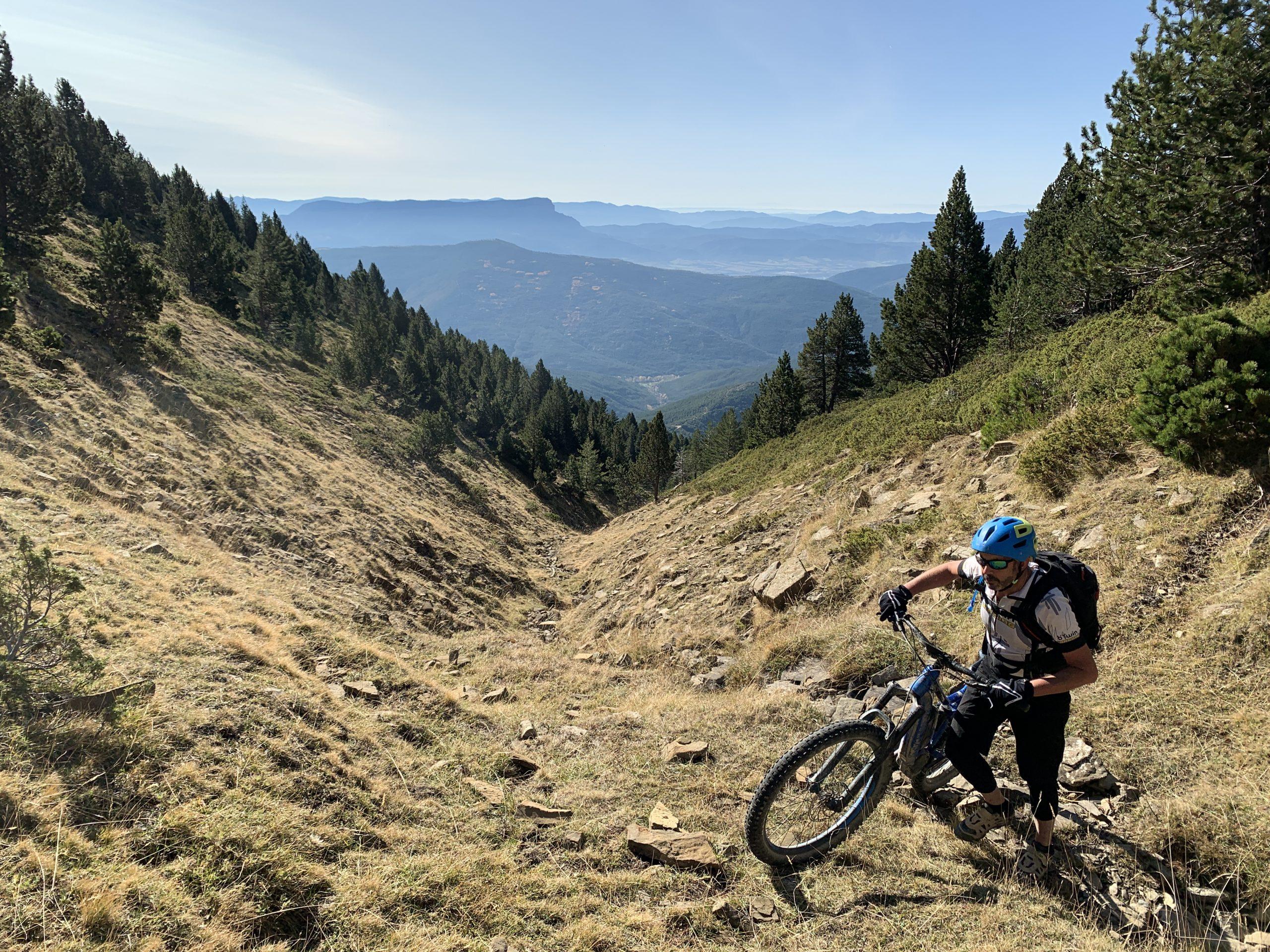 Porteo muy duro por el barranco, pero con una vista magnífica del valle, con el Oroel destacando al fondo
